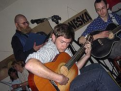 Průvodcem večera byl maskovaný Adolf Lachman, hostující v komiksu coby tiskový mluvčí policie; o atmosféru se staralo Kamilovo kytarové duo, slyšitelné v MP3 podobě na domovském www.koreastudio.cz.