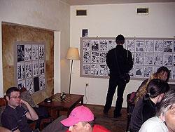 Interiér kavárny Velryba pro dnešní večer ozdobily jak ukázky ze samotného Volemana…