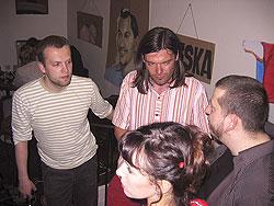 Zleva: Jiří Grus, Tomáš Prokůpek, Branko Jelinek; v popředí Brankova přítelkyně.